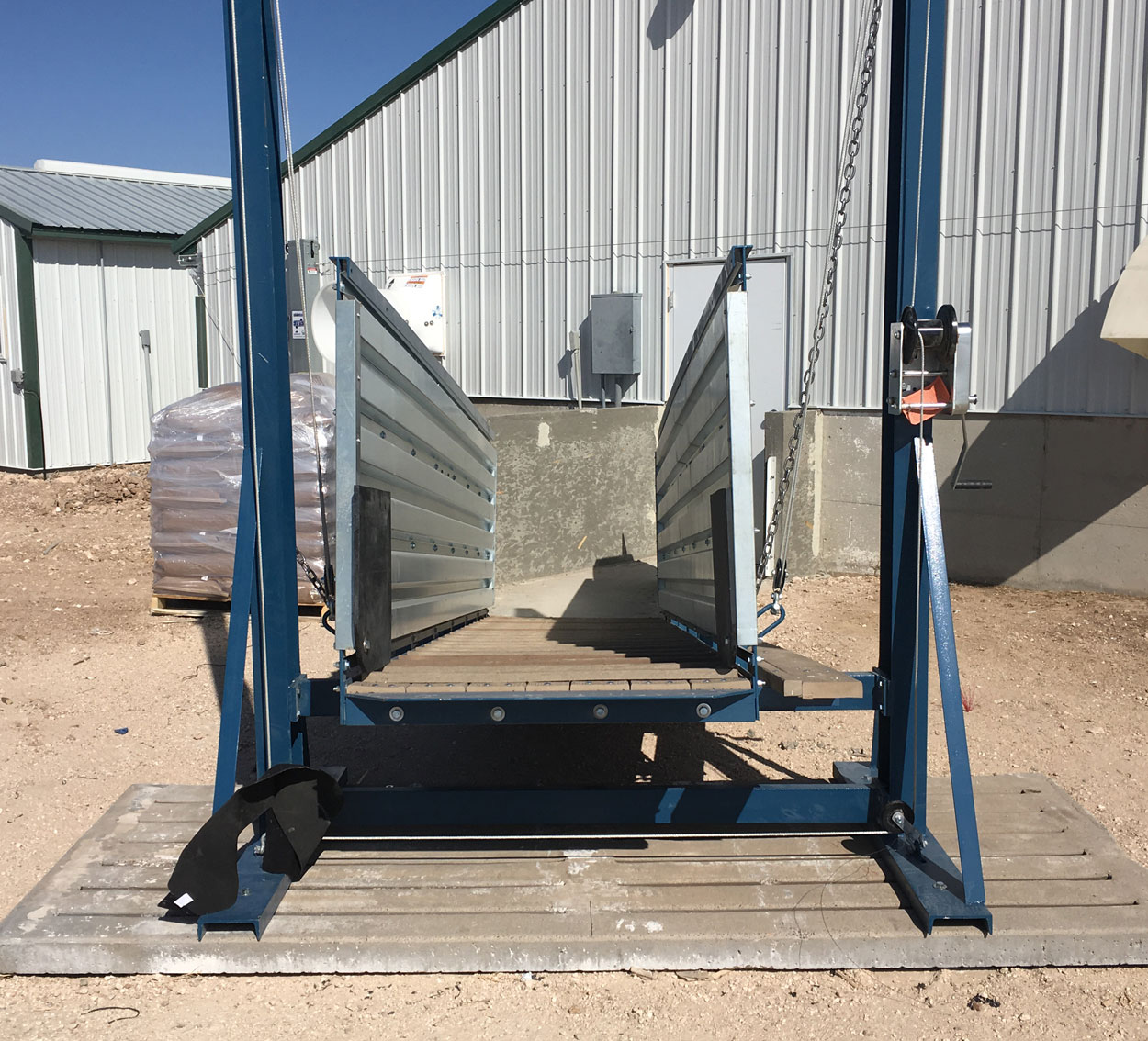 Loading crew personnel can navigate the chute and control pig flow using the walk board mounted on the exterior of all outside walkway chute models.